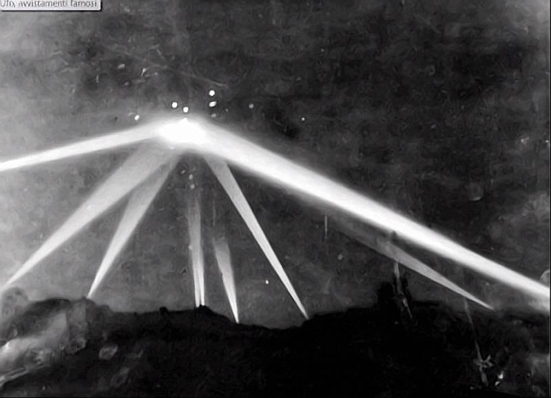 Storica foto della battaglia di Los Angeles con un ufo, avvenuta nel 1942.