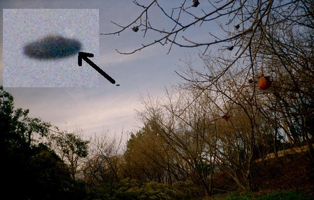 Ufo ad Avellino. Una delle tante eccezionali foto scattate ad Avellino con macchina a Rullino nel 1996. Abbiamo i negativi: nessuna falsificazione e nessun imbroglio (modellini attaccati ad un filo, droni camuffati (che all'epoca erano molto difficilmente pensabili), nè altro.