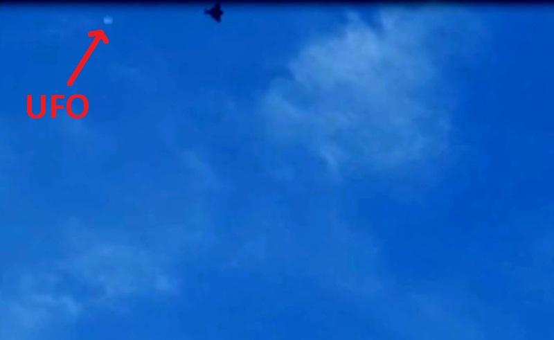 Frame 3. L'aereo è ancora più vicino e l'ufo accentua il suo spostamento.