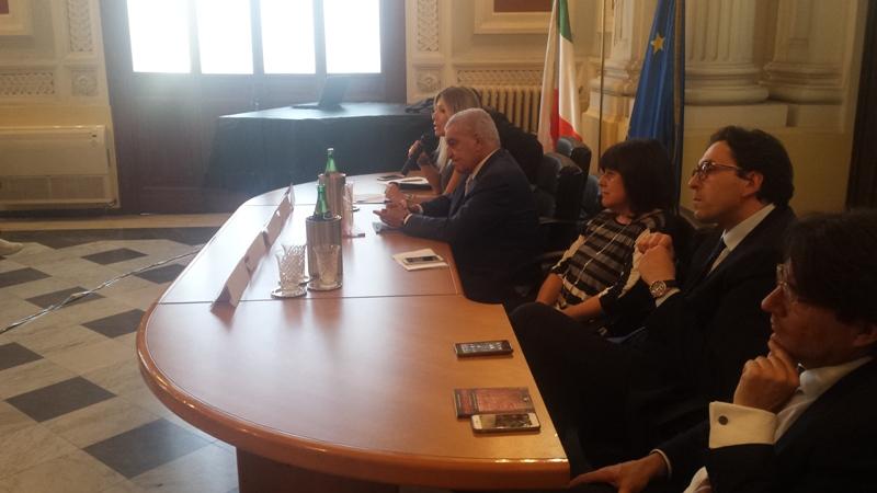 Hawass al tavolo dei relatori durante l'evento.