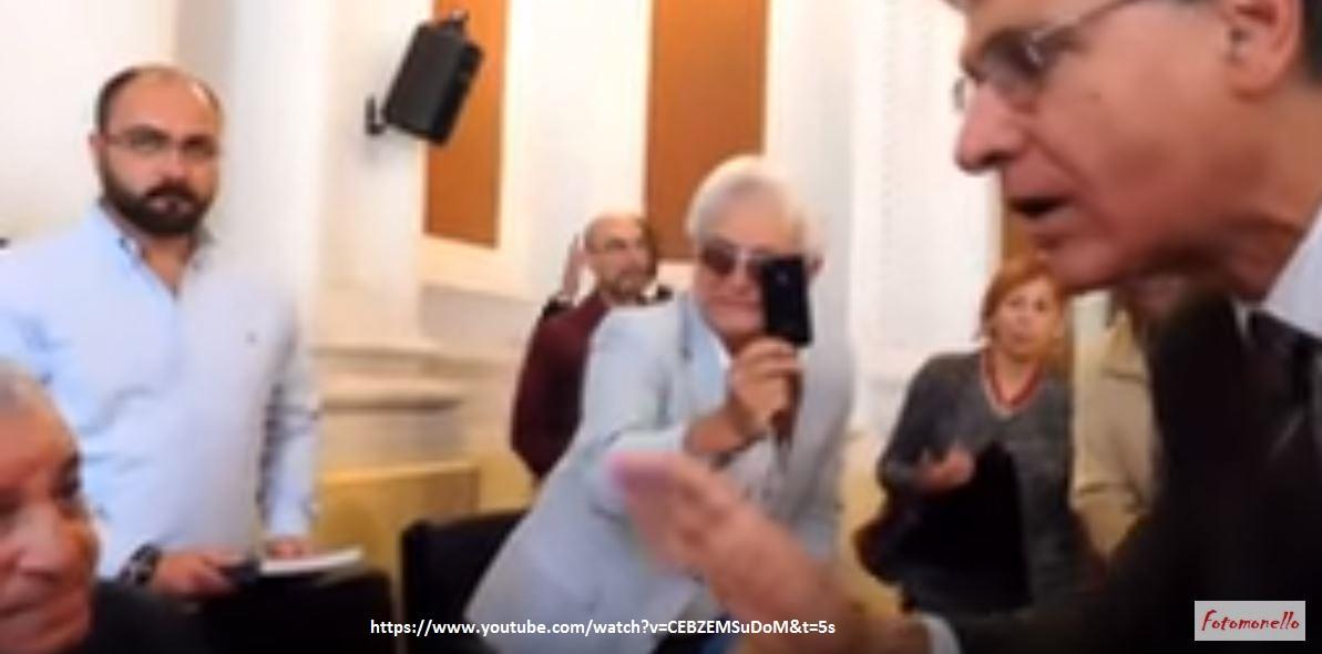 Hawass mentre parla con Carannante. Sullo sfondo, con il cellulare in mano, il nostro ottimo socio Enzo Acanfora.