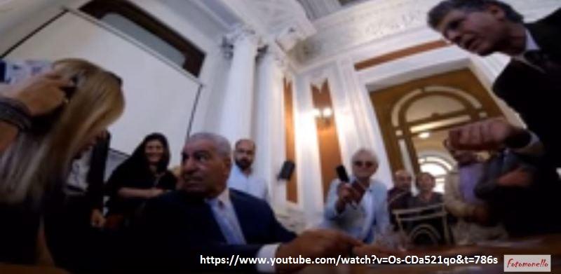 Carannante, sulla destra. A sinistra l'interprete che traduce la domanda del Presidente del C.UFO.M. a Zahi Hawass.
