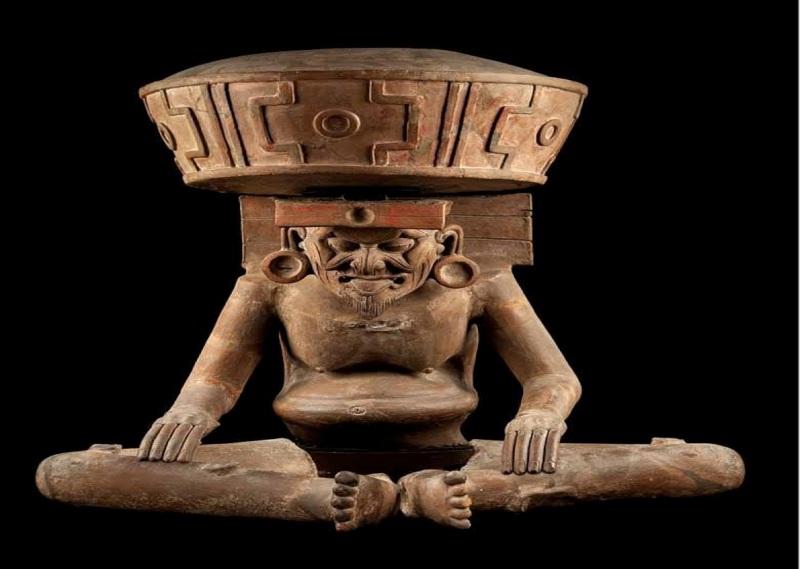 Il dio del fuoco  azteco Huehueteotl. Osservate cosa ha in testa e confrontate con le rovine individuate da ufovni2012 su Marte.