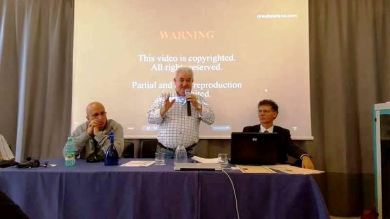 Il presidente del C.UFO.M. dr. Angelo Carannante a destra della foto, insieme a Pierfortunato Zanfretta durante un convegno. A sinistra della foto si riconosce l'ufologo Massimo Fratini.