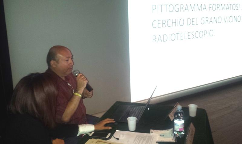 Fig. 10. Il dr. Berardino Ferrara parla del messaggio alieno di Chibolton proponendone un'interpretazione.