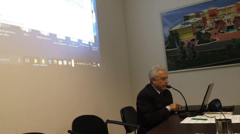 Il Dott. Nino Capobianco mentre relaziona allo storico convegno di Apollosa di sabato 11.11.2017. Anima dell'evento, insieme al C.UFO.M.