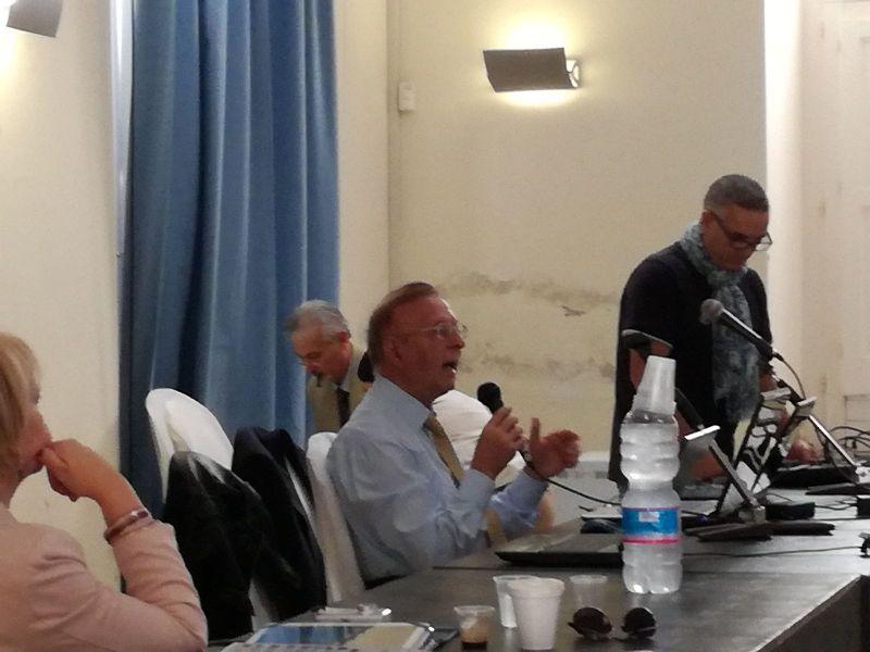 La grinta dell'ing. Ennio Piccaluga, giornalista, scrittore, presidente onorario del C.UFO.M., durante la sua relazione a Bacoli