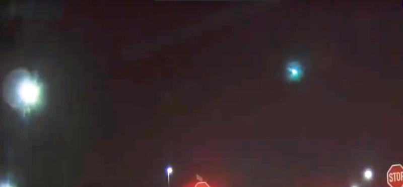 L'ufo qui è diventato diverso ed è avvolto da una luce azzurrognola.