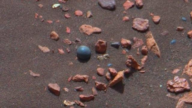 Foto originale, ritagliata e colorata per far risaltare la palla.