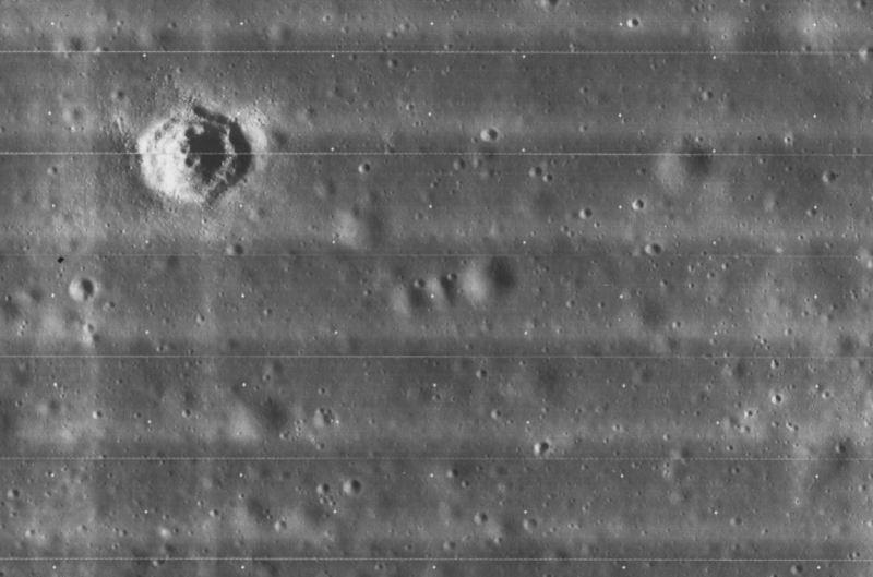 Ecco l'enigmatico cratere lunare esagonale immortalato dalla sonda Lunar Orbiter negli anni '60.