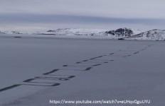 Gli strani segni sul lago Thingvallavatn in Islanda.