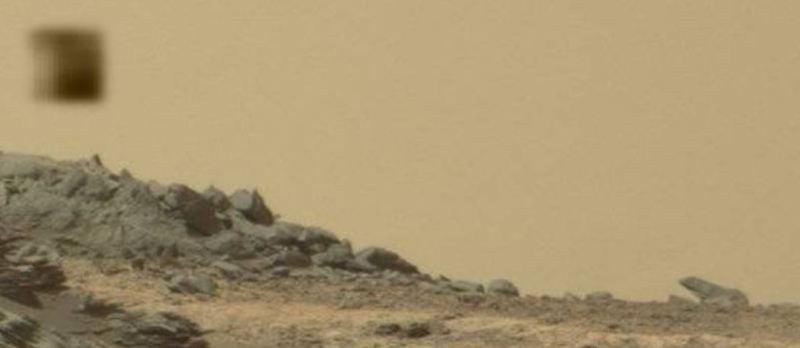 Immagine ritagliata dove abbiamo ingrandito il presunto ufo ed il monolite.