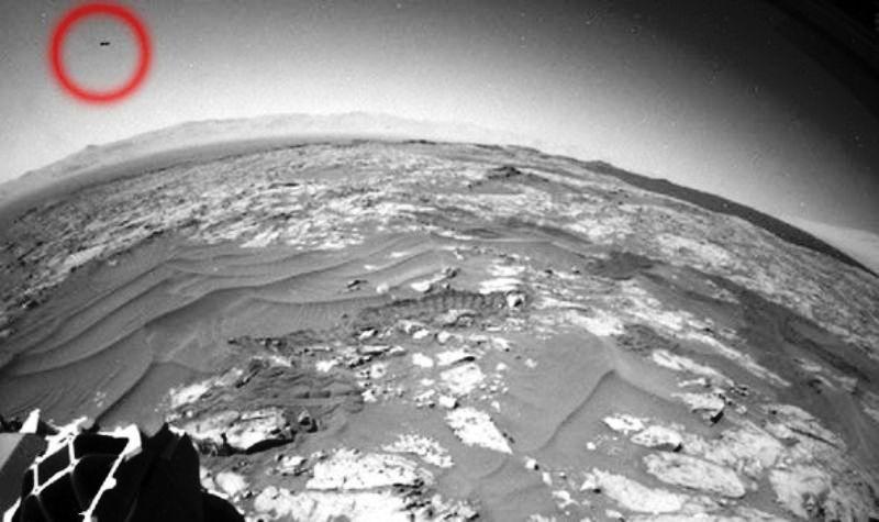 L'ufo scovato da Scott Waring in una foto di Curiosity.