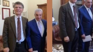Carannante posa, con Hawass, per i fotografi in un importante faccia a faccia a Benevento sull'Archeologia Proibita