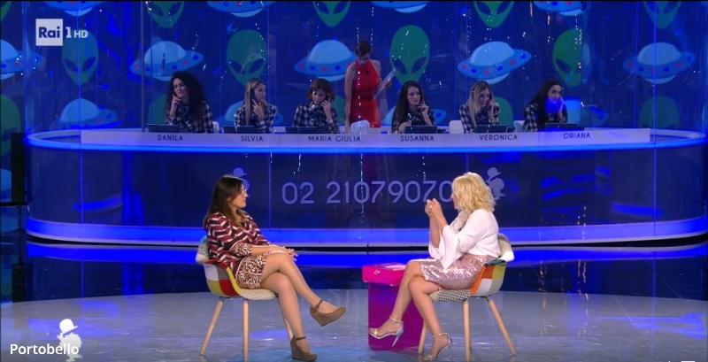 Fig.6. Marianna e la Clerici durante l'intervista. Notare la coreografia con sfondo bluetto e tanti dischi volanti.