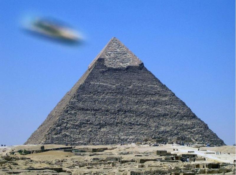 Abbiamo immaginato un disco volante del C.UFO.M. che appare sopra  la piramide di Cheope.