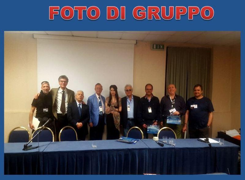 Una bellissima foto ricordo di gruppo che mostra solo alcuni dei ricercatori del C.UFO.M. rispetto ai numerosi che erano in sala. Molto bella e affascinante.