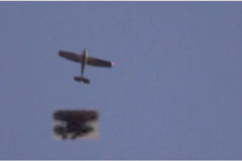 Ufo a Salerno 27.12.2018. Un collage in cui viene rappresentata l'ipotesi per cui l'aereo che è passato in occasione dell'avvistamento stesse pedinando l'ufo.