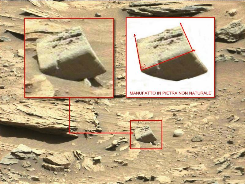 Fig.3. Un cubo in pietra perfettamente squadrato ha una superficie levigata come lavorata con angoli smussati ed in perfetta geometrica
