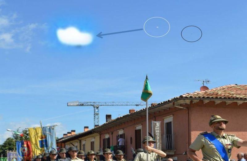 Disco volante luminoso di Leonessa. Notevole. Alla destra della foto, per noi che guardiamo di fronte, c'è anche un oggetto nero.