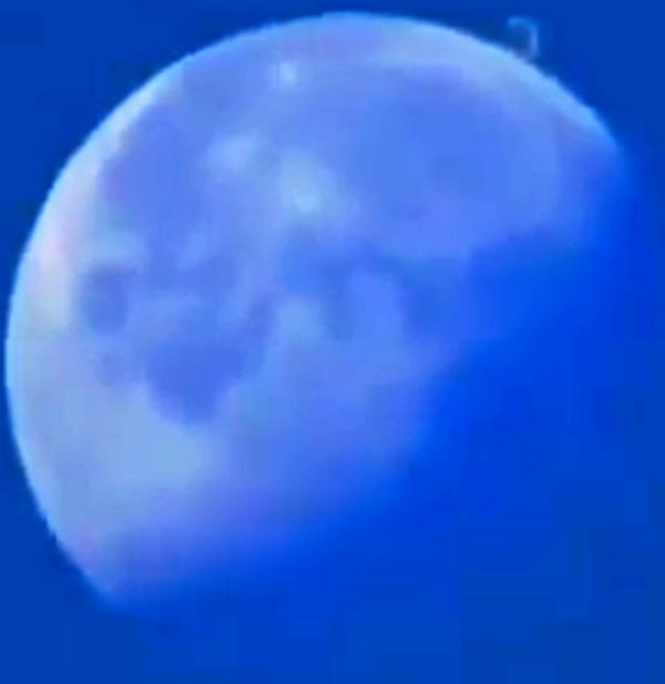 """Qui, invece, abbiamo una curiosa forma ad  """"L"""". Abbiamo apposto qualche filtro. E' vero che abbiamo tanti casi di ufo a forma di """"L"""" nella casistica C.UFO.M., ma ciò non significa che l'anomalia vicino alla luna fosse un ufo. Anzi..."""