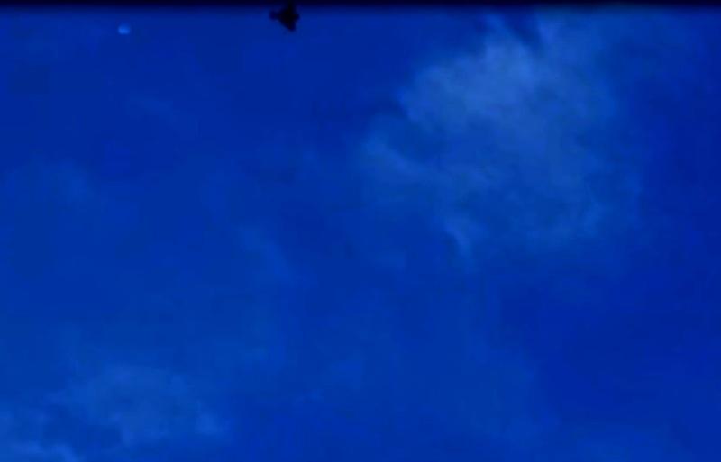 Frame 1. Caccia militare sembra inseguire l'ufo!